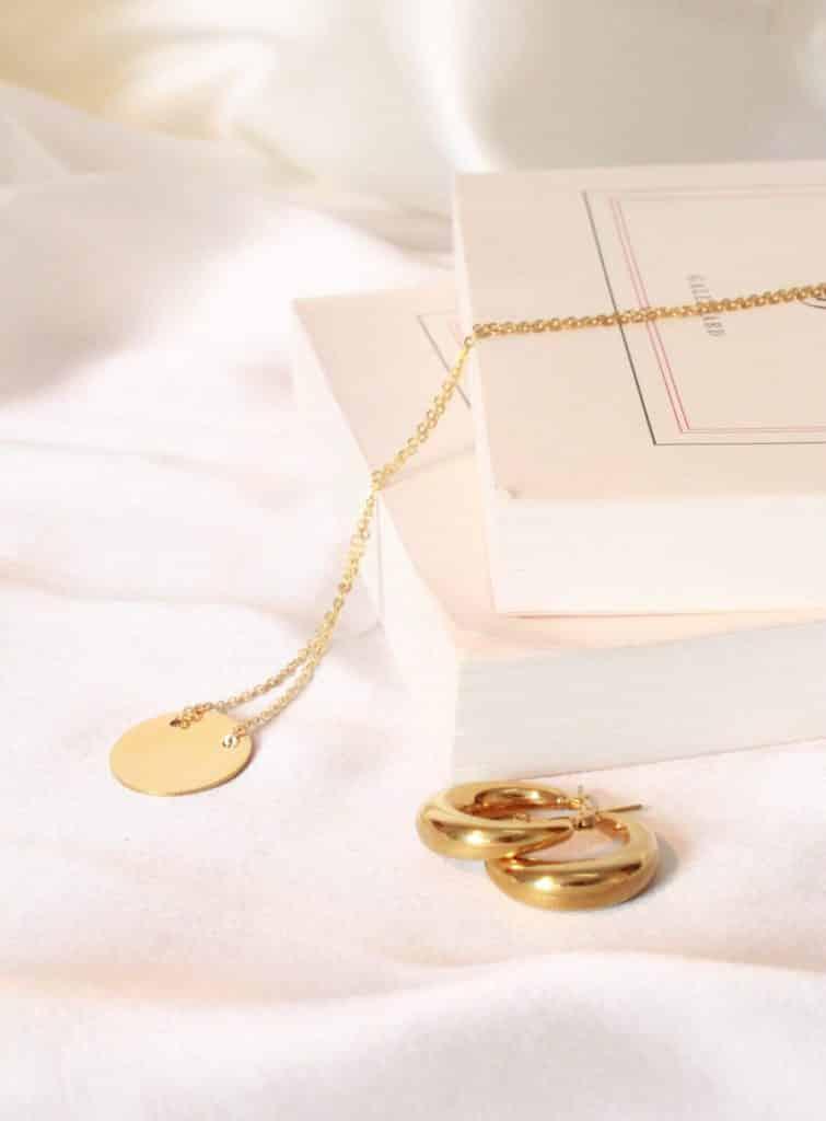 lifestyle nature morte bijoux marque française parisienne collier esther or bouclesdoreilles junon or french jewelry designer golden necklace earrings parisian